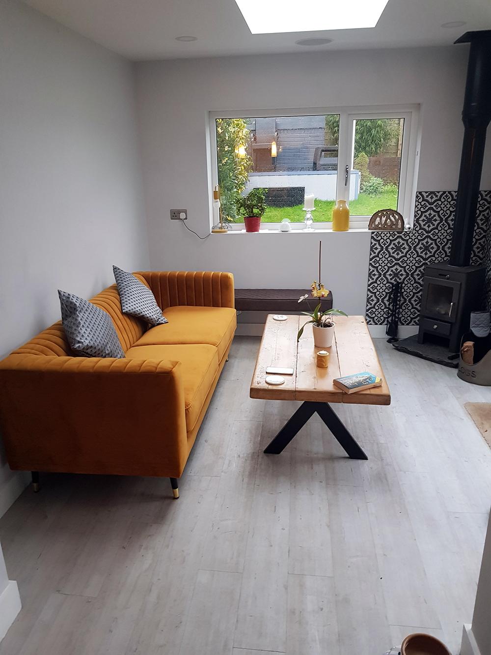 Dreisitzer-Sofa Slender in Senffarbe