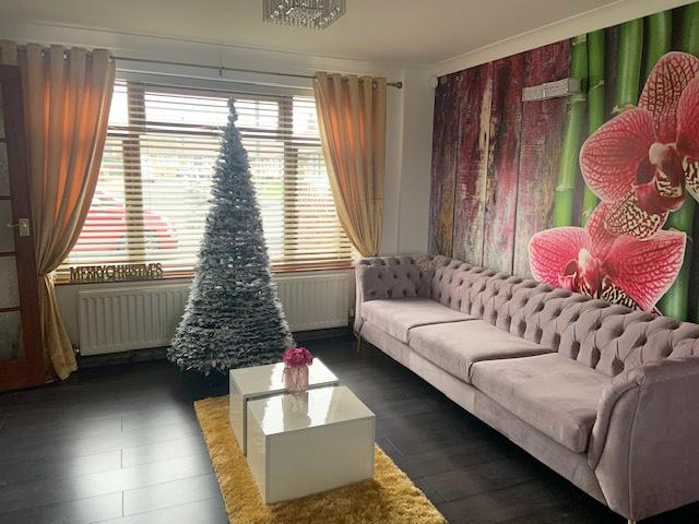 Dreisitzer-Velours-Sofa Chesterfield Modern, festlich arrangiert