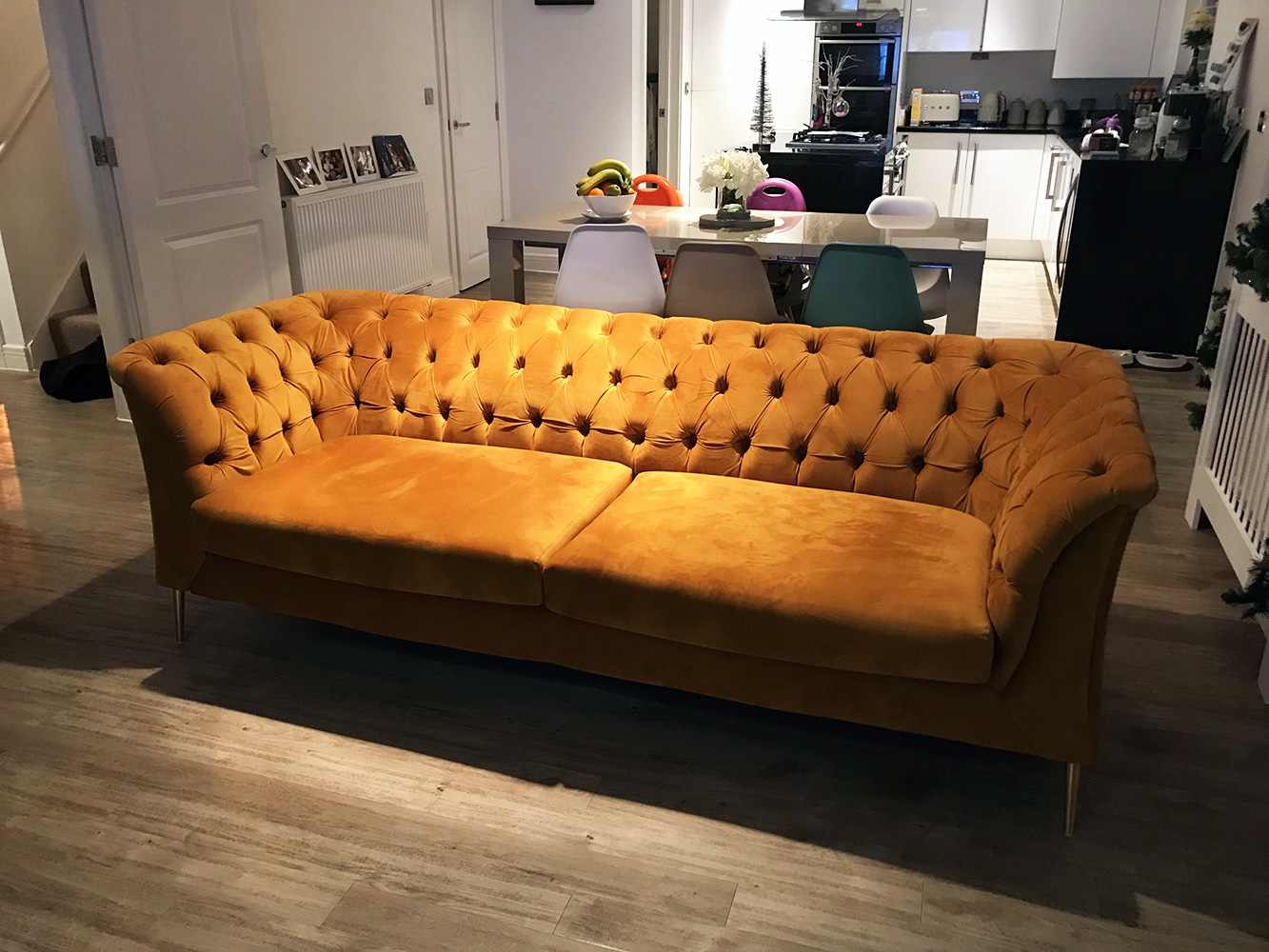 Senffarbenes Sofa Chesterfield Modern mit schwarzen Füßen