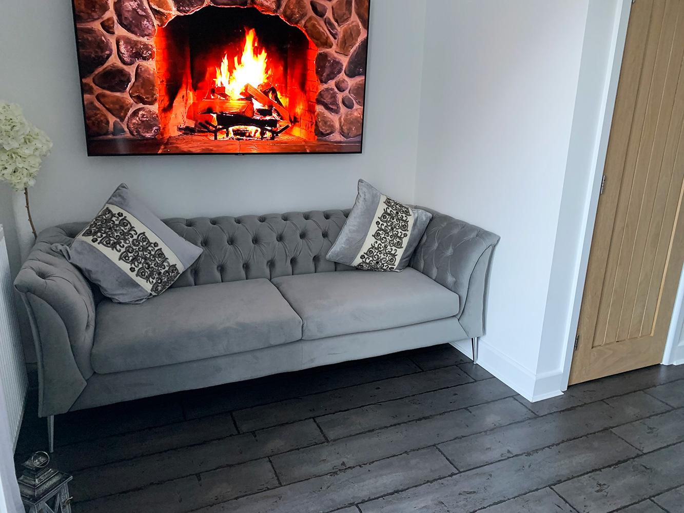 Graues Sofa Chesterfield Modern mit silbernen Füßen