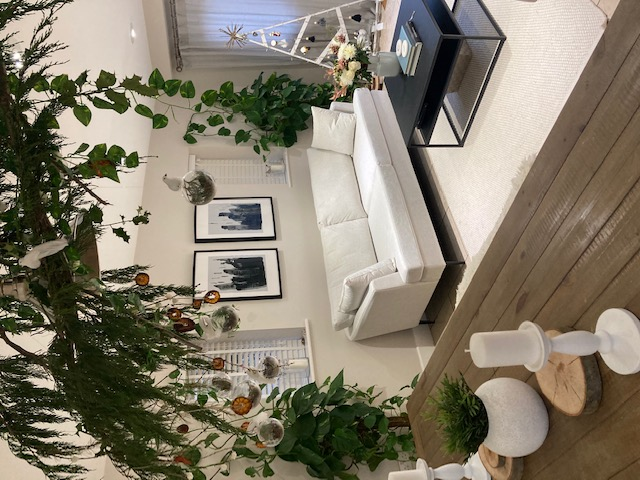 Weißes Sofa Content in modernem Interieur
