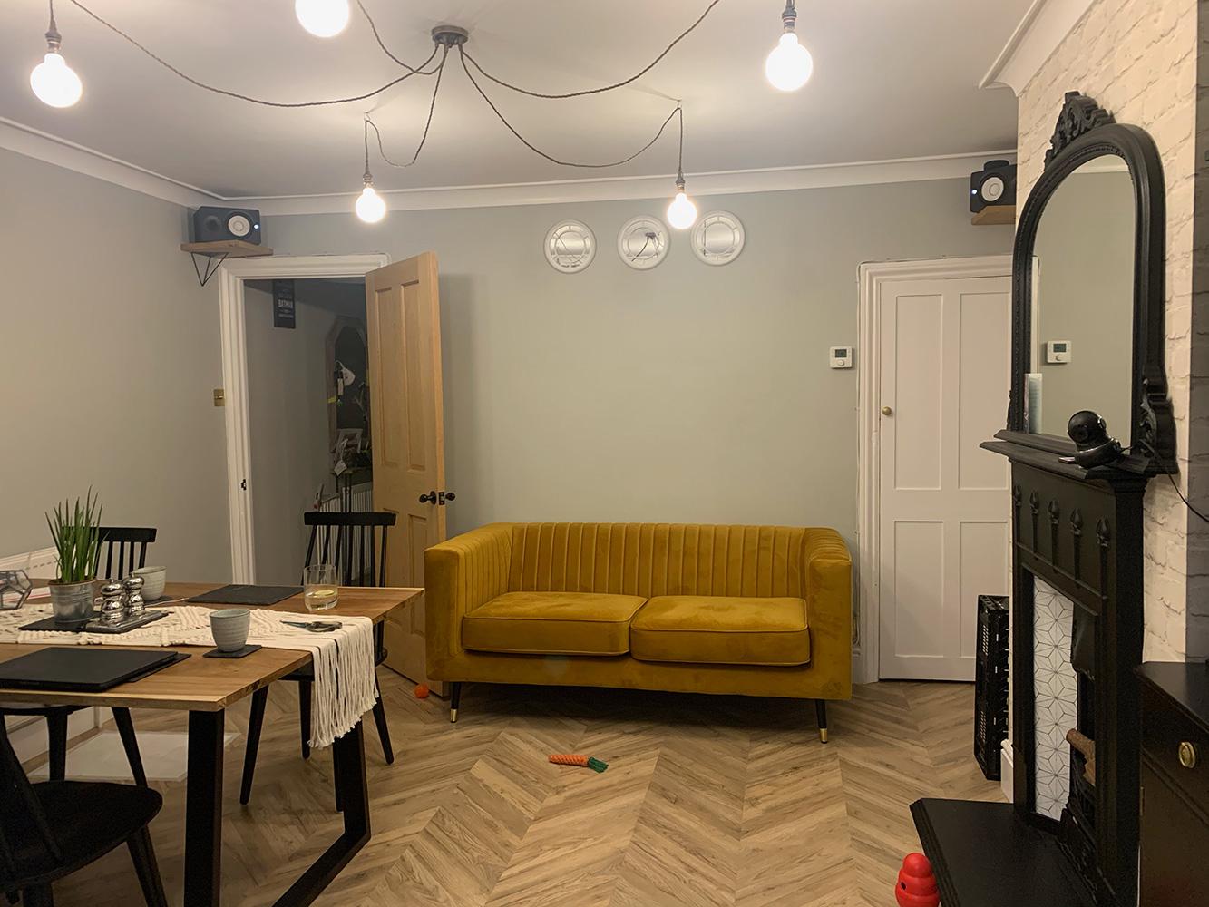 Senffarbenes, Zweisitzer-Sofa Slender mit Steppung