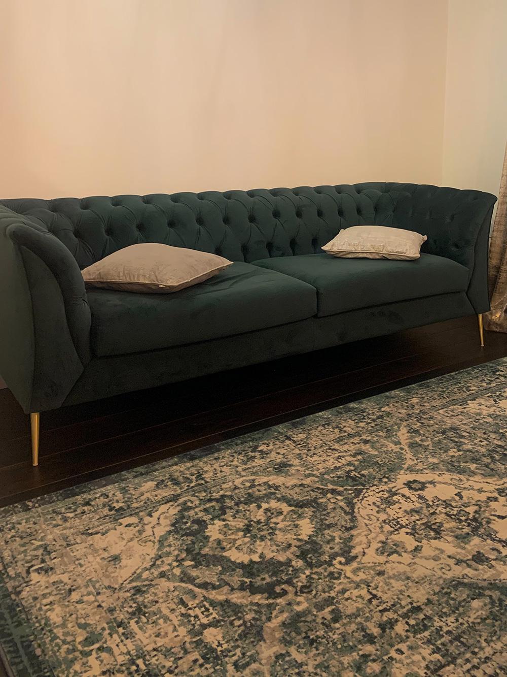Sofa Chesterfield Modern mit goldenen Füßen