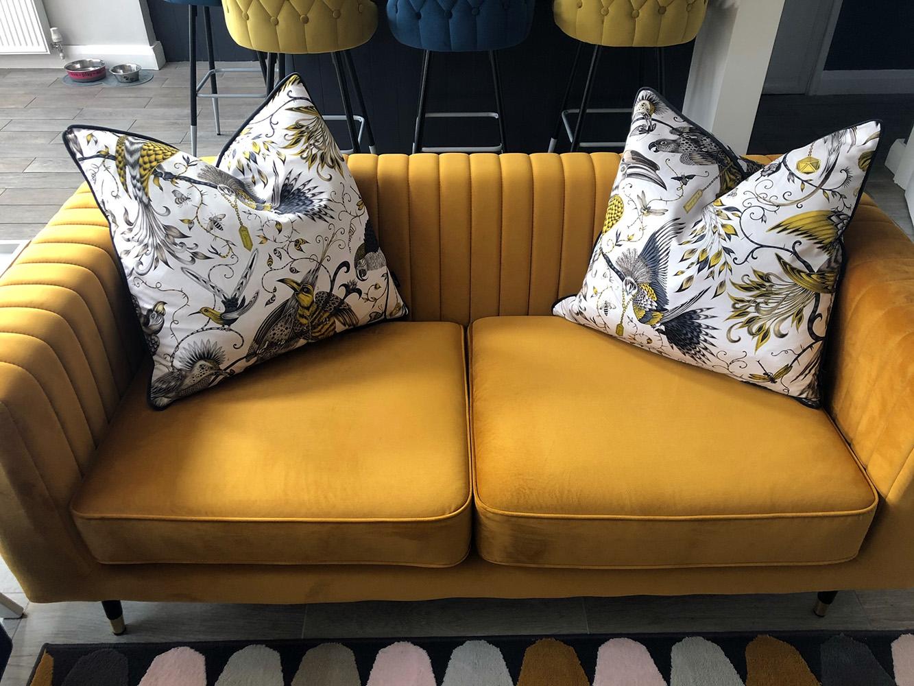 Marineblauer Sessel und gelbes Slender-Sofa