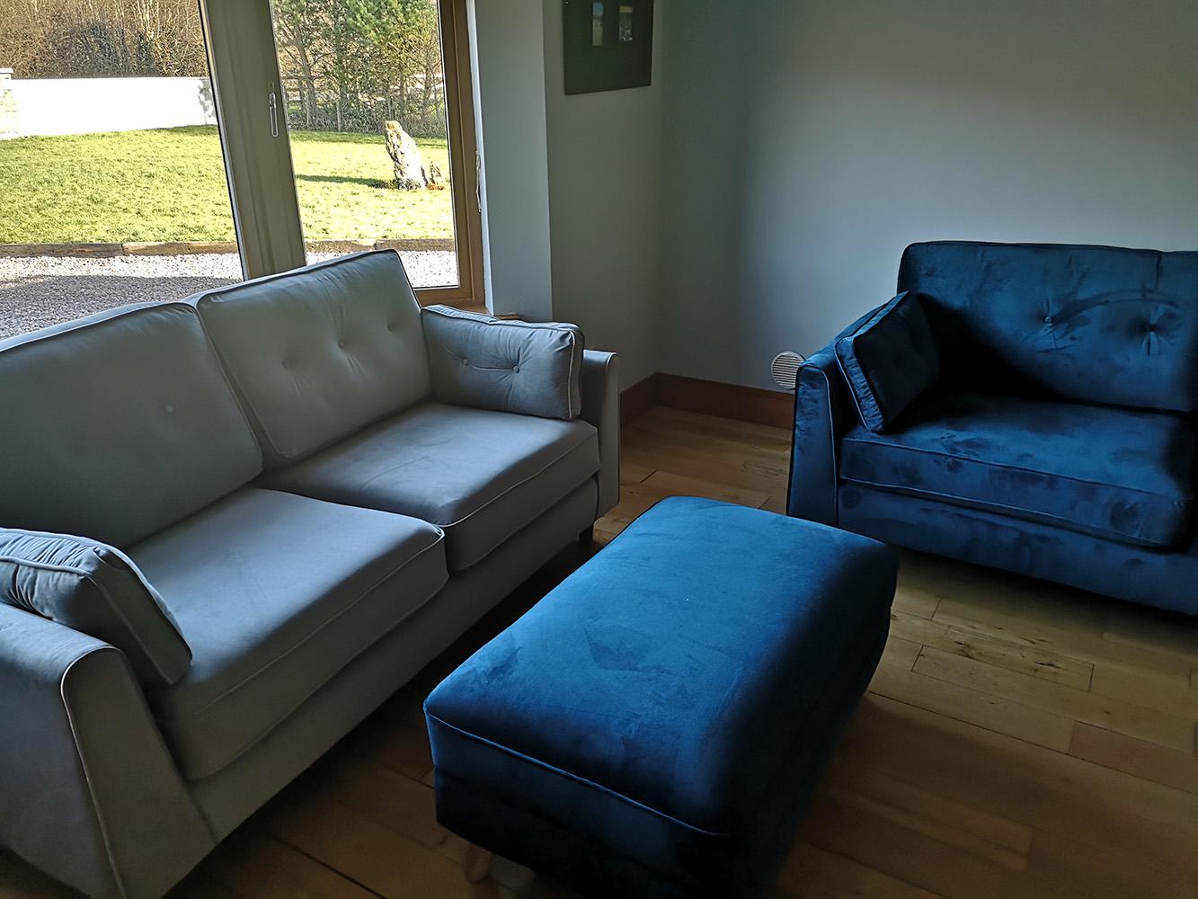 Hellblaues und marineblaues Sofa Magnus
