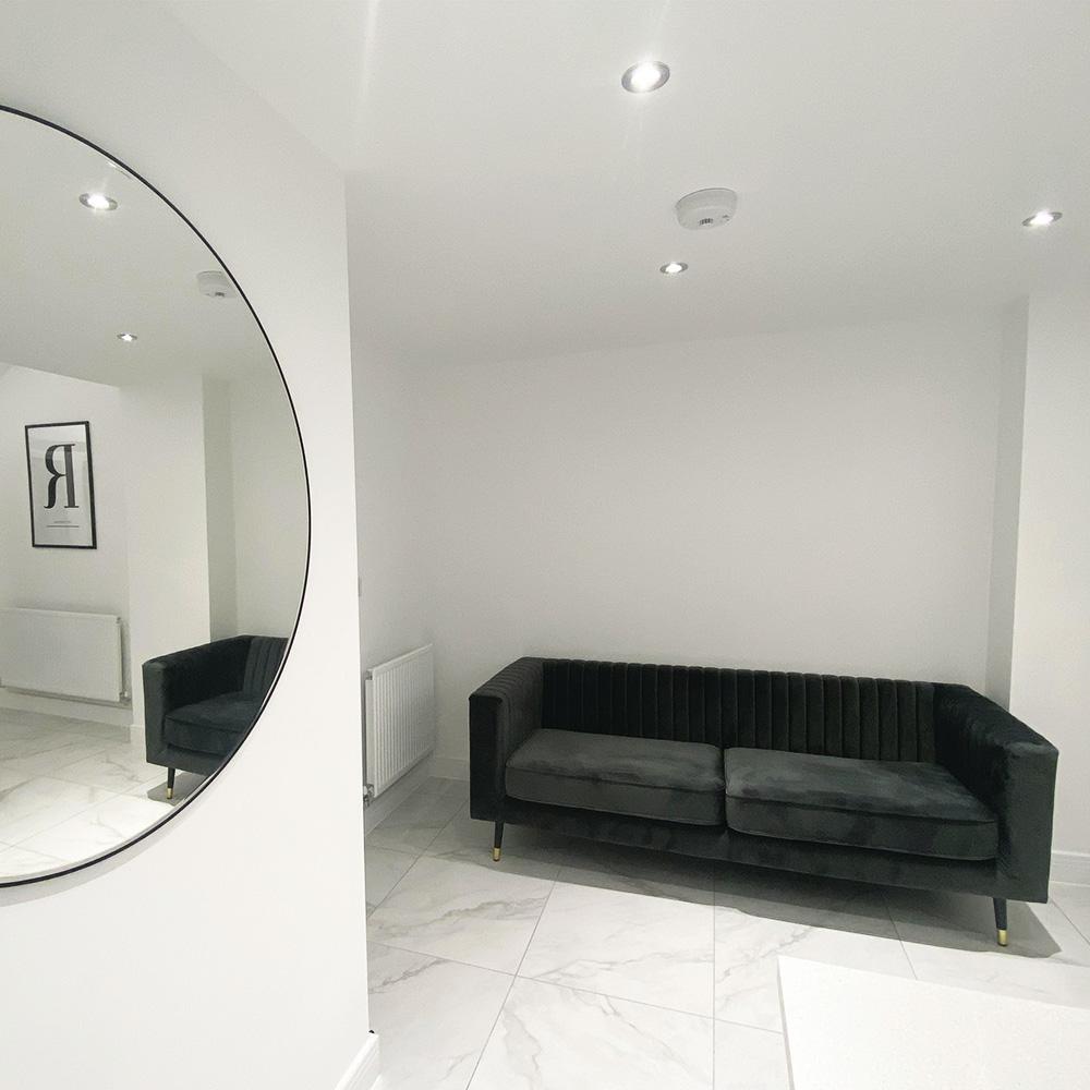 Graues Slender-Sofa in einem eleganten minimalistischen Wohnzimmer