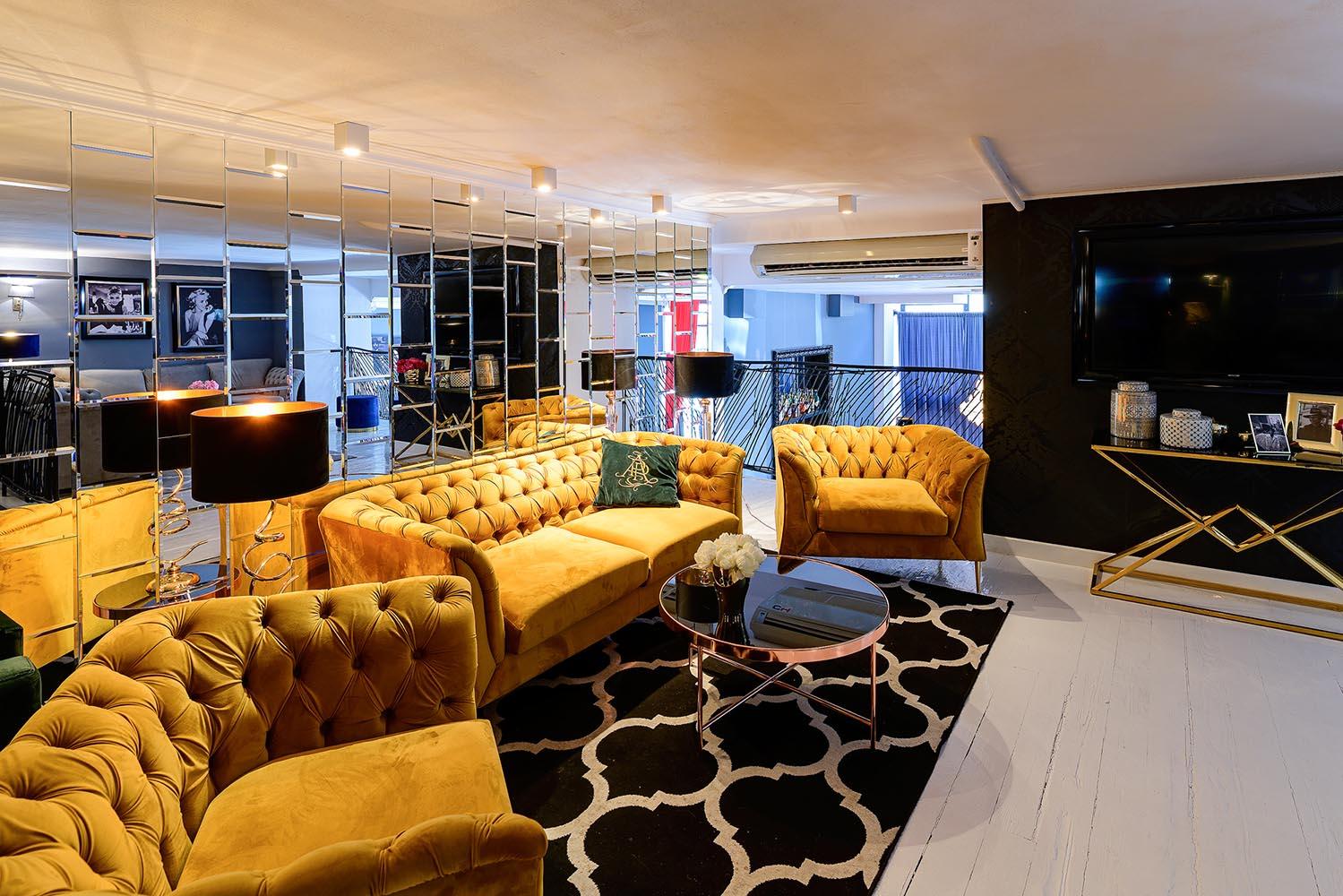 Gelbes Sofa und Sessel Chesterfield Modern