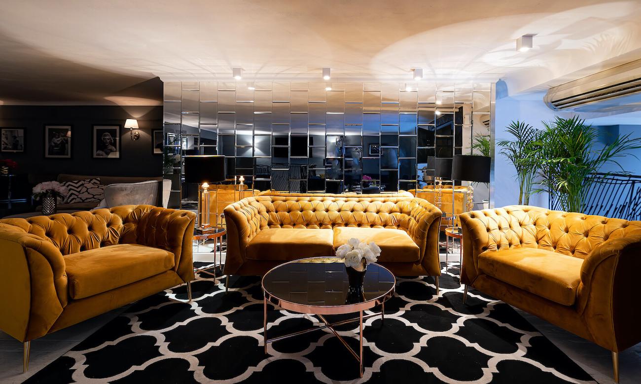 Zweisitzer-Sofa und Sessel Chesterfield Modern in senfgelb